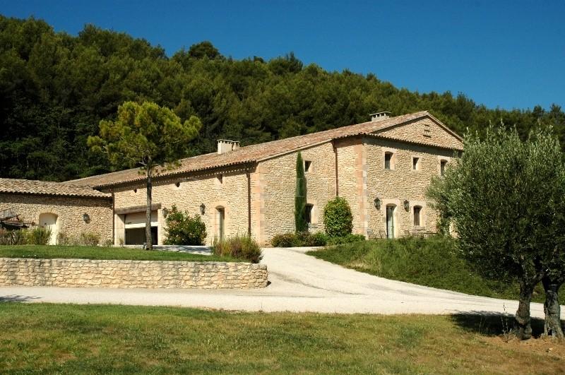 A quelques minutes du village de Gordes, en position dominante et bénéficiant de vues sur le Luberon et les Alpilles, maison de charme en pierres totalement rénovée à vendre,  propriété très haut de gamme, 3.000 m² environ de bâtis couverts, sur 33 hectares dont des oliviers, des vignes et des bois