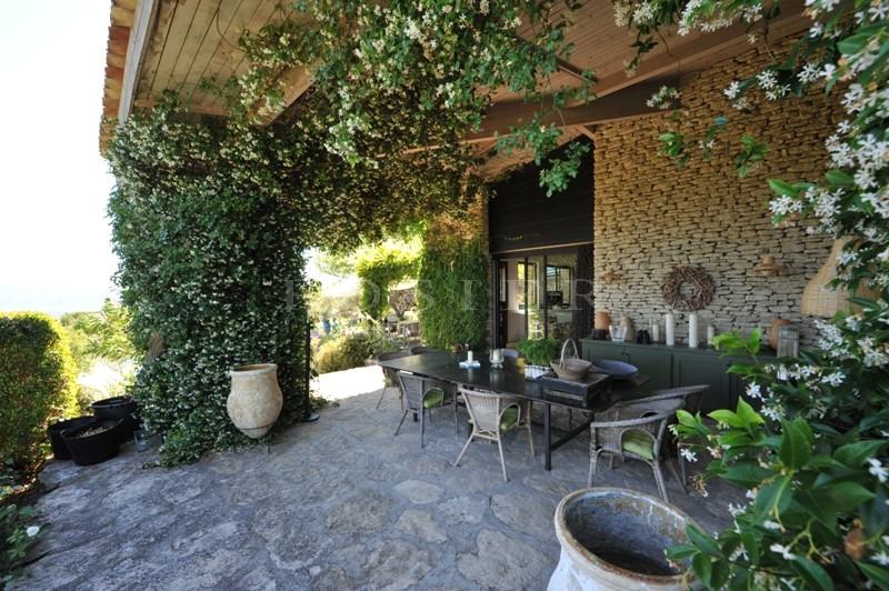 A vendre en Luberon,  à quelques minutes à pied du centre de Gordes, propriété d'exception, bénéficiant d'une vue époustouflante sur la vallée et le Luberon.