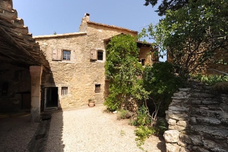 Le triangle d'or du Luberon,  à vendre, mas ancien à rénover avec cour intérieure,  à proximité immédiate du centre d'un village réputé et avec de superbes vues