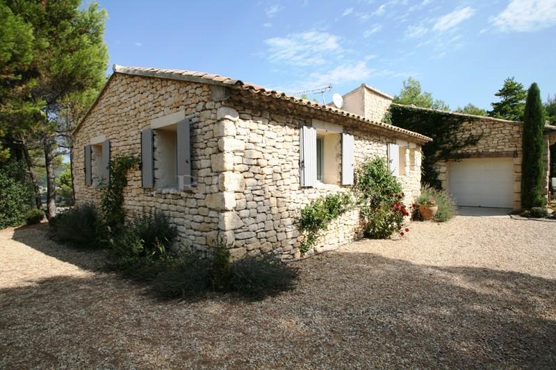 Luberon, à vendre, confortable maison récente, en pierres offrant une belle vue sur un vallon