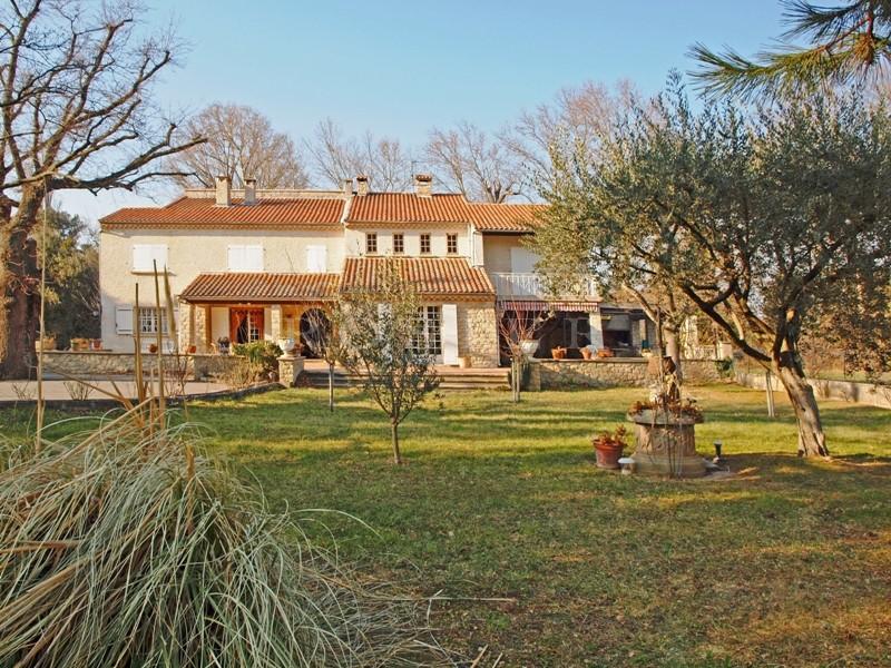En vente, proche d'Avignon,  grande maison familiale, d'environ 500 m², pouvant être divisée, avec tennis et piscine.