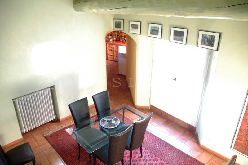 Proche de l'Isle sur la Sorgue, à vendre, très belle maison en pierres du XVIIIème siècle, avec cour intérieure dans un village vivant toute l'année