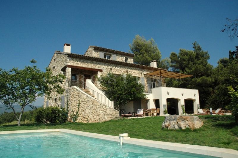 Luberon, à vendre à proximité du célèbre village de Roussillon, belle maison en pierres avec des vues exceptionnelles, un jardin et une piscine