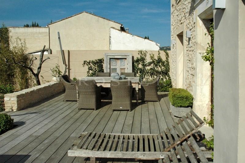 A proximité de Gordes, agréable maison de hameau rénovée avec jardin paysager et bassin de nage