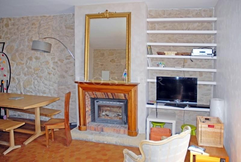 Au coeur d'un village du Sud Luberon,  à quelques minutes de Lourmarin, Cucuron et Lauris, maison de village d'environ 150 m²  donnant sur deux rues distinctes