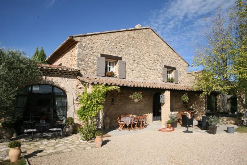 Luberon, Gordes à vendre,  à 5 minutes du village, sur un hectare de vignes, mas restauré avec soin, avec une belle vue