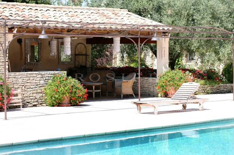 En Provence,  domaine sur 16 hectares de terrain, à vendre, à proximité de l'Isle sur la Sorgue, la ville des Antiquaires