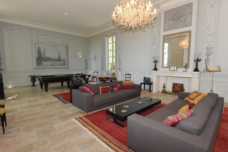 A vendre en Pays des Sorgues,  somptueuse propriété  comprenant une belle bastide et des dépendances, le tout sur plus de 9 hectares de terrain