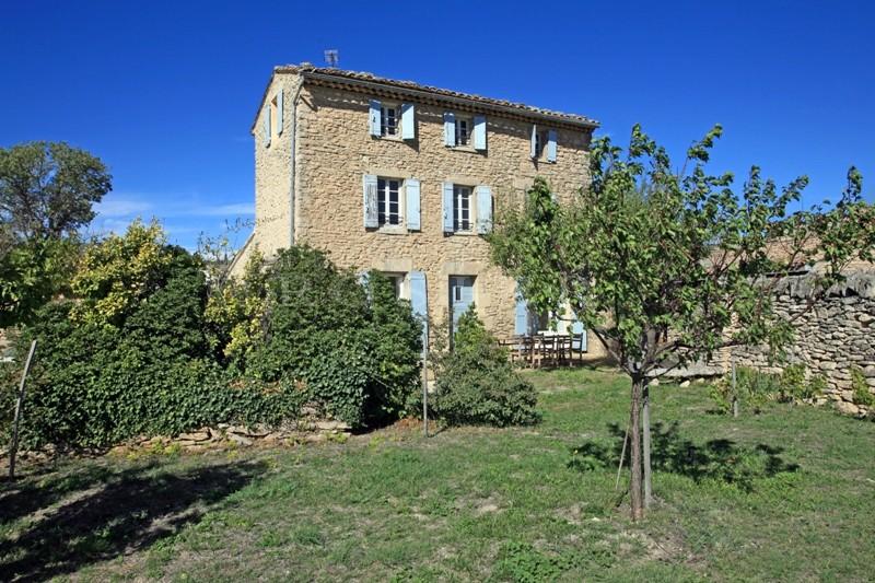 Maison en bordure d'un village en Luberon avec possibilité de construire une maison supplémentaire.