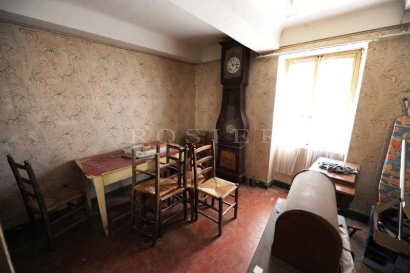 A vendre dans un vieux village du Luberon,  mas ancien avec une jolie cour, à restaurer complètement.