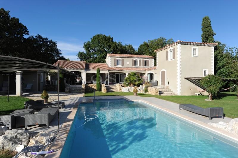 En vente dans les Alpilles, maison d'architecte exceptionnelle par ses volumes généreux  et la qualité des prestations.
