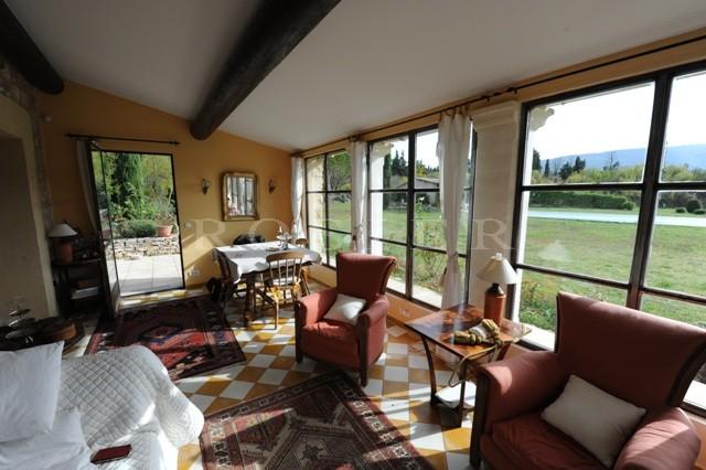 Luberon - En pleine campagne, mazet en pierres, sur deux niveaux, rénové avec soin