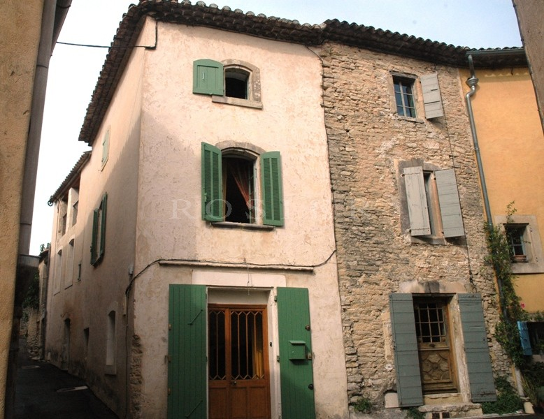 Maison de village sur trois niveaux, dans un agréable village animé toute l'année.