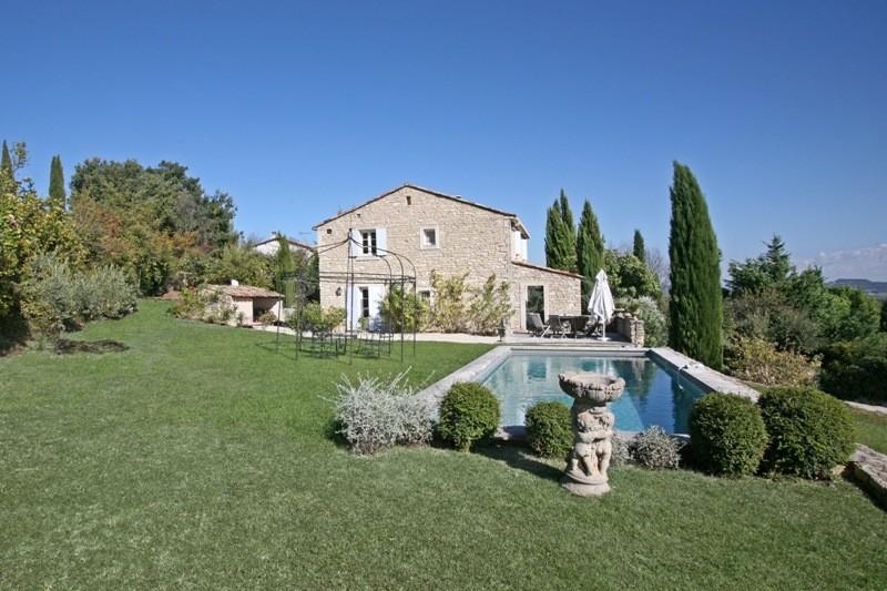 Exclusivité en vente à l'Agence ROSIER de Gordes,   sur les contreforts du prestigieux village de Gordes en Luberon, agréable maison en pierres d'environ 200 m² de surface utilisable.