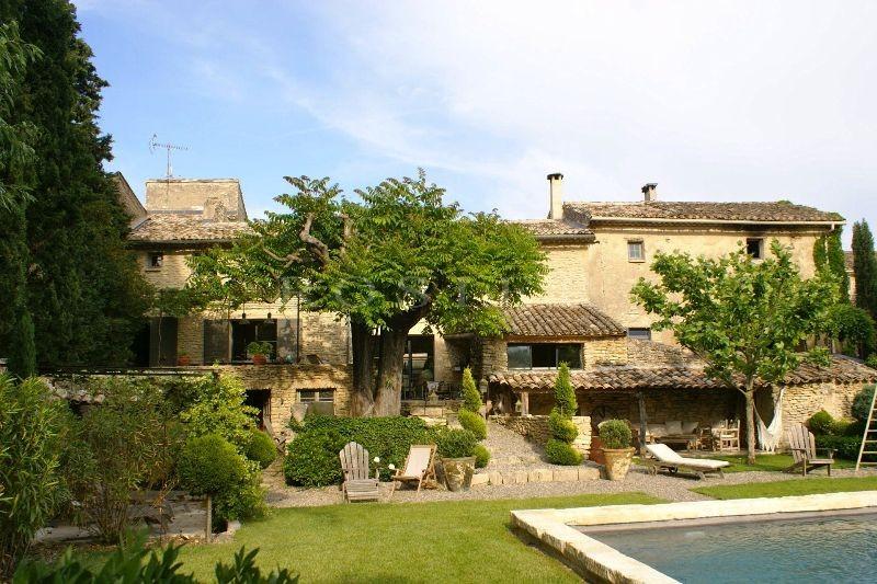 Dans un village recherché du Luberon, maison de village aux volumes généreux avec piscine et jardin, à vendre