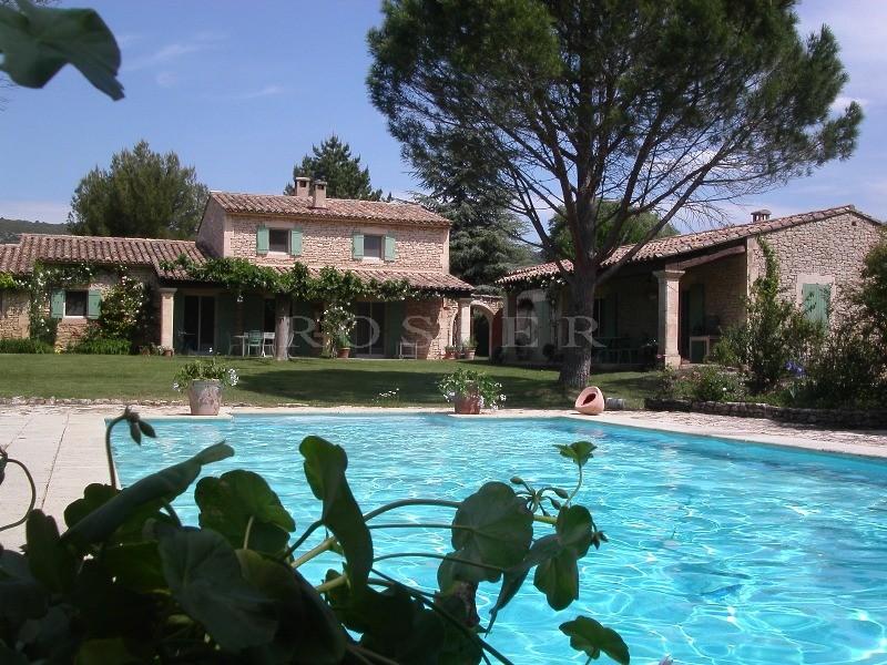 En vente, en Luberon,  maison en pierres de Gordes, en deux bâtiments, avec piscine et terrain paysager de plus d'un hectare.