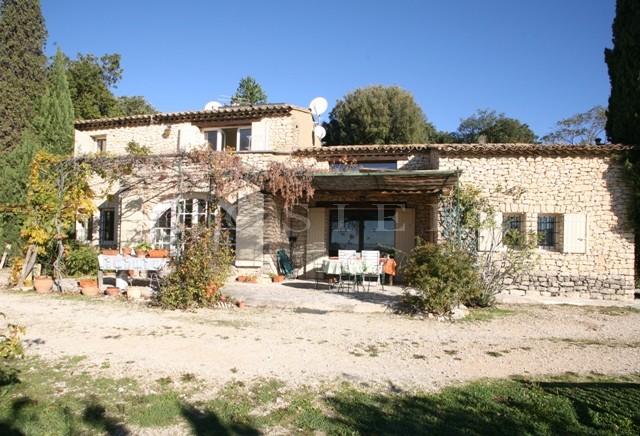 LUBERON - Proximité d'un village dynamique, belle maison en pierre avec une vue sur la vallée