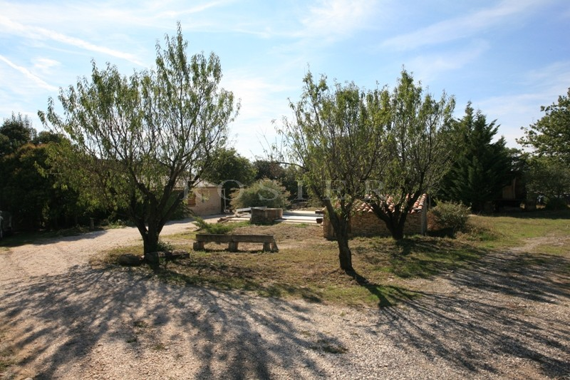 En Provence,  à quelques minutes des villages perchés du Luberon et de Gordes,  à vendre, agréable maison avec jardin et piscine
