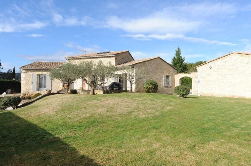 En vente entre Monts de Vaucluse et Luberon,  au pied d'un village perché, agréable maison en pierres de Gordes avec piscine et terrain attenant.