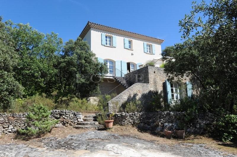 A vendre,  agréable maison avec piscine en position dominante,  bénéficiant d'une superbe vue sur le vieux Venasque