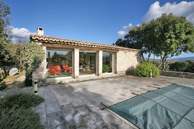 A vendre en Luberon,  propriété d'agrément en U exposée Sud, avec dépendances et piscine bénéficiant d'une superbe vue sur la vallée et le Luberon