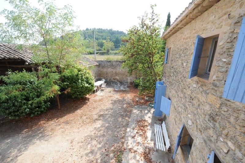 Au coeur du Luberon, en vente, mas provençal mitoyen avec cour intérieure et superbe auvent