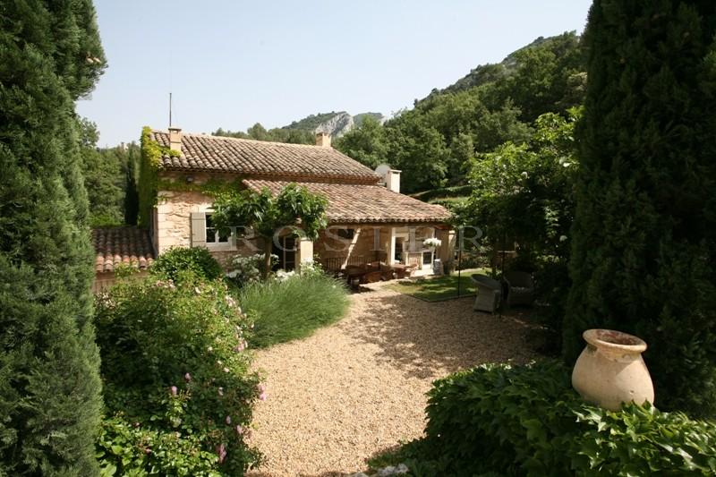 Luberon, à flanc de collines,  à vendre, superbe mas en pierres, beaux matériaux,   parc paysager et grande piscine,
