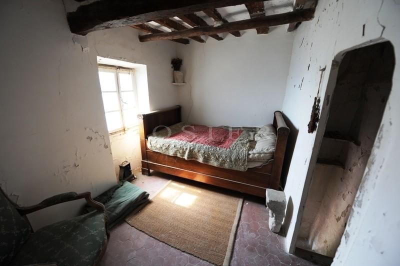 Au centre du célèbre village perché de Gordes, maison à rénover entièrement dotée d'un fort potentiel.
