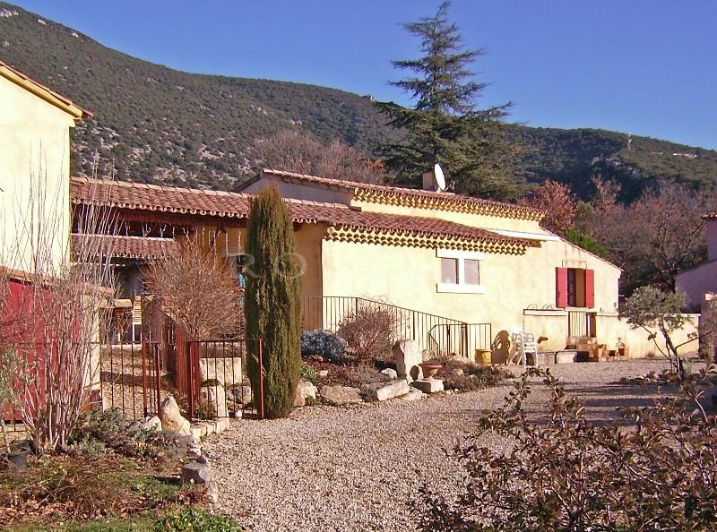 Proche d'un agréable village du Luberon, à vendre, belle villa spacieuse avec terrasses, patio, piscine et vue