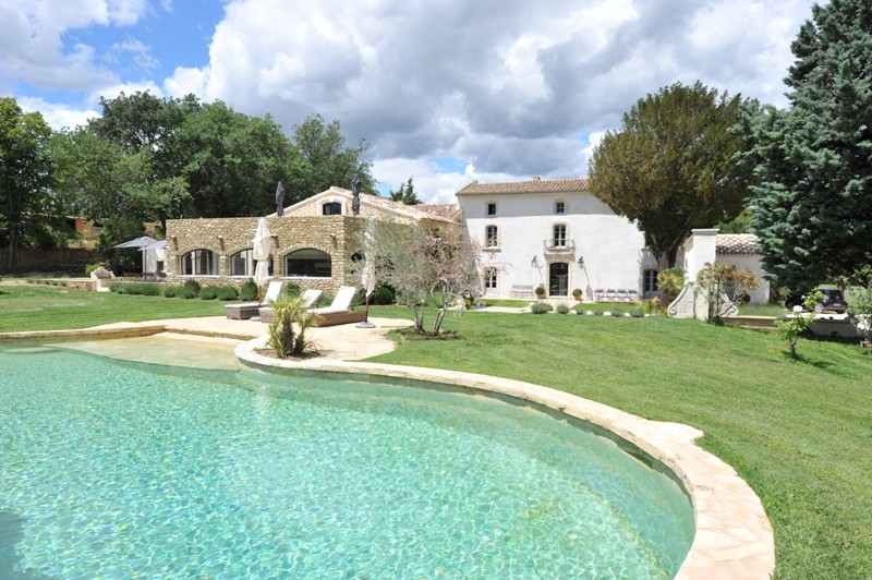 Luberon, authentique bastide à vendre avec dépendances, piscine et vue