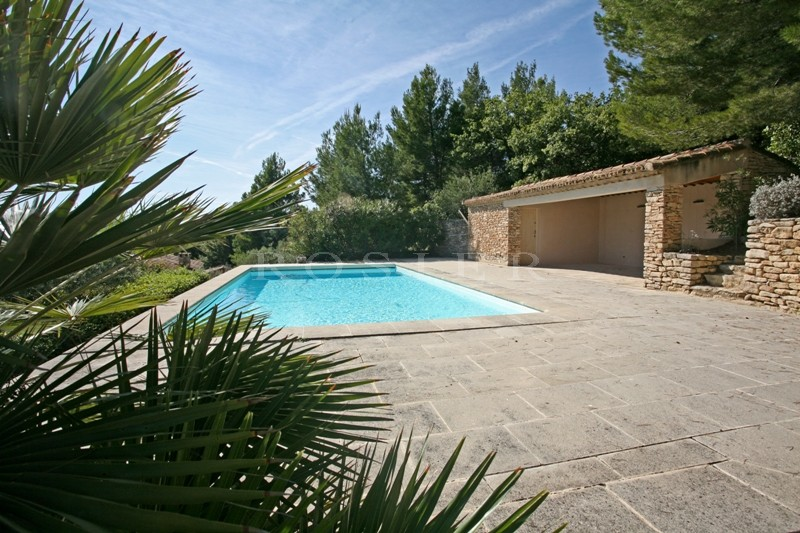 En bordure du superbe village de Gordes, à vendre, propriété offrant des vues imprenables sur la vallée et le Luberon.