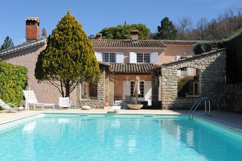 A vendre, propriété d'agrément avec piscine dans un parc de plus de 1,8 hectare,  proche d'un superbe village  provençal avec tous commerces