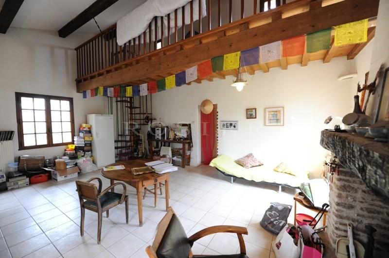 A vendre,  à Gordes, célèbre village classé du Luberon,  maison en pierres de plain pied avec jardin.