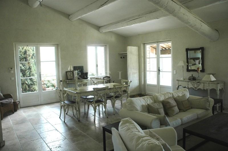 Proche de Gordes et des villages perchés du Luberon, à vendre, très belle situation, pour cette maison en pierres, exposée plein sud,  avec piscine et vue sur la vallée