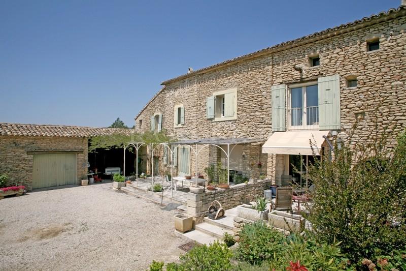 A vendre,  à Gordes en Luberon, authentique mas en pierres provençal,  agrémenté d'un jardin de presque 4 000 m² dans un quartier très calme.