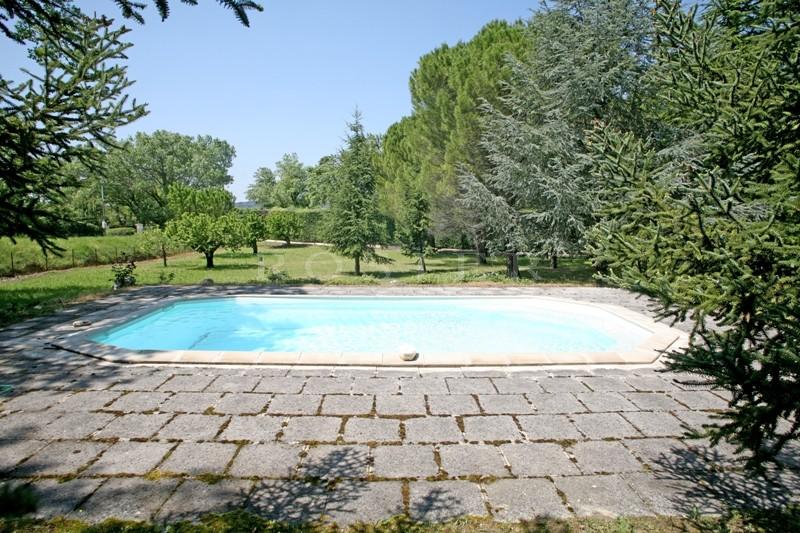 Au pied du village de Gordes, maison en pierres sur plus de 4 000 m² de terrain