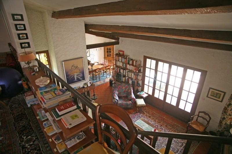 A vendre entre Gordes et Roussillon,  sur un terrain de plus d'un hectare, maison traditionnelle bénéficiant de vues superbes