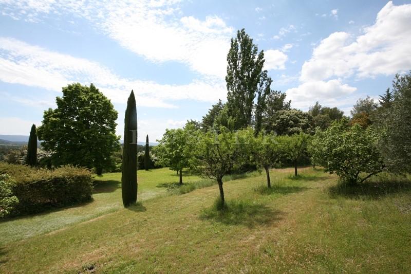 A vendre, mas en provence avec parc et piscine, beaucoup de charme et vues agréables sur la vallée et le Luberon