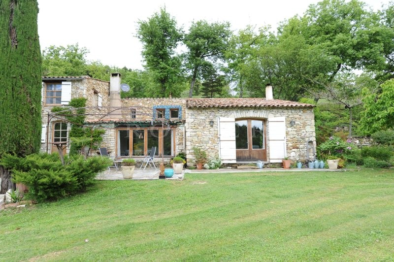 Monts de Vaucluse, au coeur d'un vallon où coule un ruisseau, à vendre, maison de charme avec piscine et dépendances