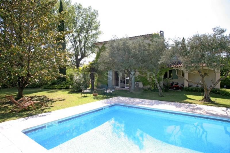 A côté de l'Isle sur la Sorgue au bord de la rivière Sorgue,  à vendre, charmante maison dans un cadre de verdure, avec piscine et court de tennis