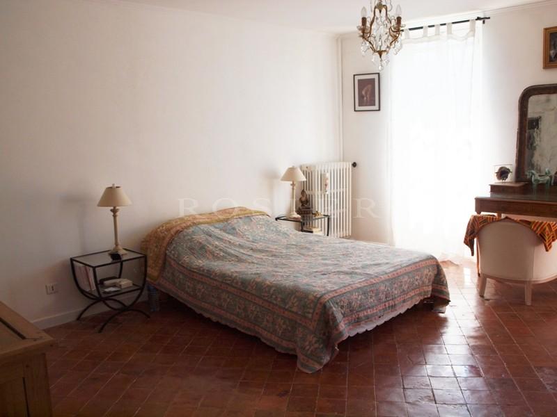 Dans le Comtat Venaissin, dans un village, à vendre, maison bourgeoise pleine de charme et de caractère avec un jardin