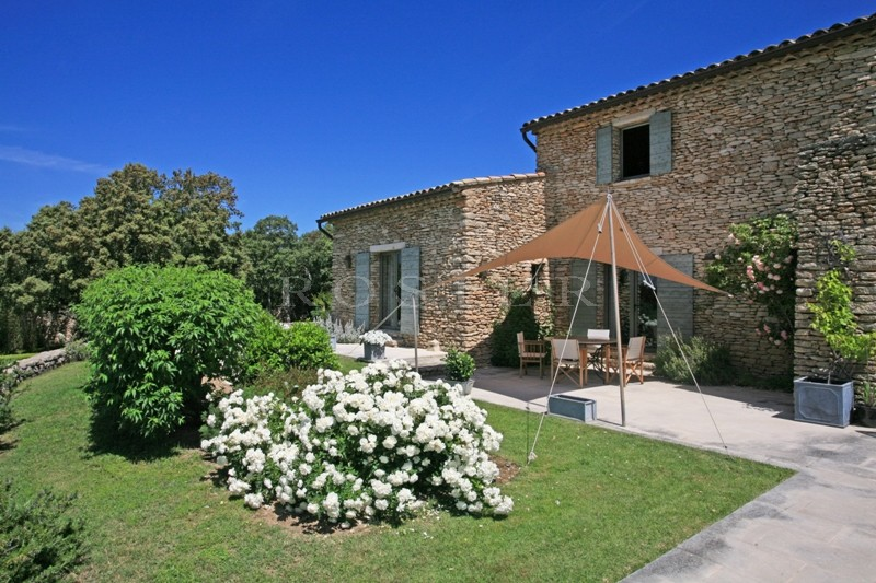 A Gordes, en vente,  superbe propriété comprenant 2 maisons en pierres,  vue panoramique, grand parc paysager, piscine et tennis