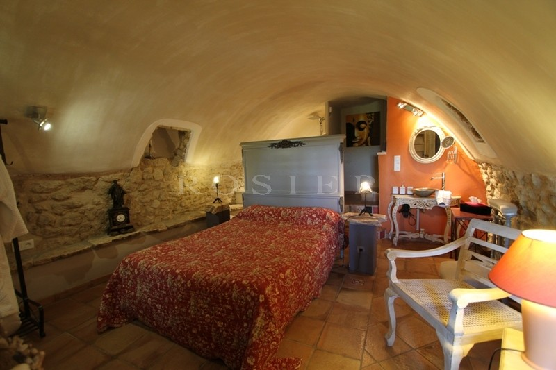 à vendre, maison de village, avec une terrasse ombragée, une vue et un charmant jardin paysager