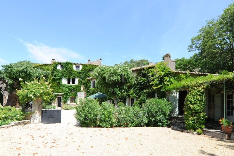 Proche du village de Gordes, en bordure de hameau, à vendre, ferme ancienne, rénovée sur 12 hectares