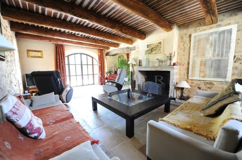 Face au Luberon, à vendre,  propriété de famille avec dépendances et  piscine miroir sur 2 hectares de terres.