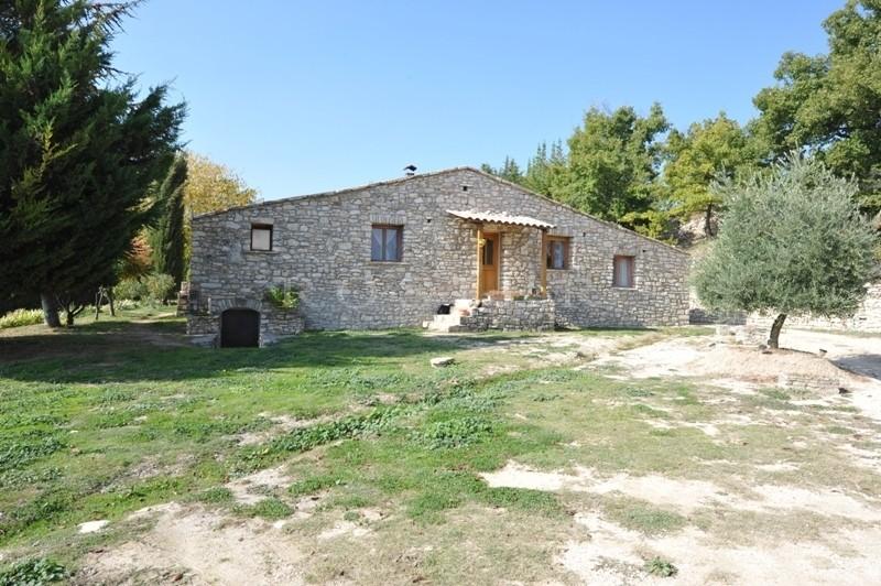 En position dominante, à vendre, face au Luberon, propriété de plain pied, en pierres,   avec un hectare de terrain