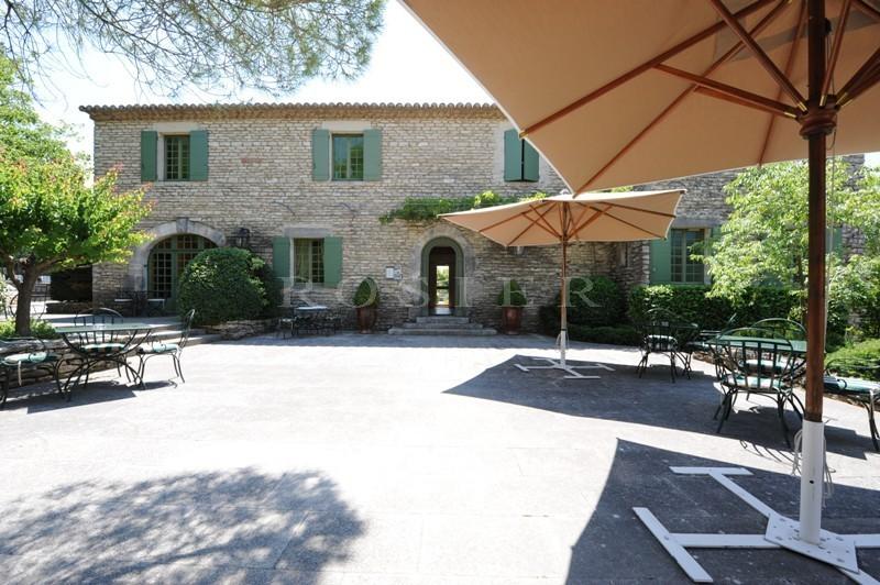 Exclusivité ROSIER,  en vente, près de l'un des plus beaux villages du Luberon, hôtel de charme avec piscine sur un parc paysager d'environ 1 hectare.