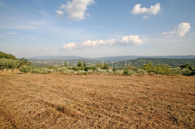A vendre,  terrain constructible avec vue, situé à proximité d'un village réputé du Luberon
