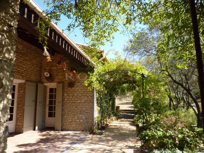 Proche Gordes,  à vendre, charmante villa en pierres sur un joli jardin de plus de 6 200 m²  planté d'oliviers et agrémenté d'une piscine