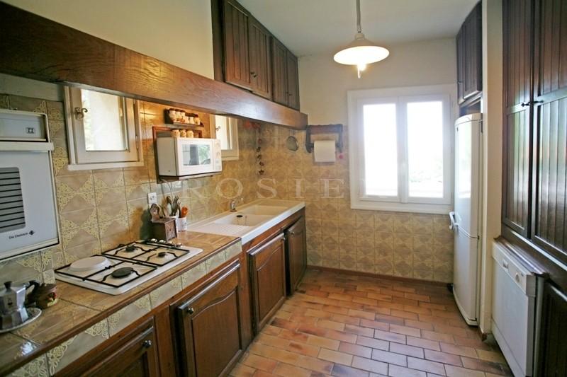 A Gordes, en vente,  très belle situation pour cette maison en pierres  avec terrasse ensoleillée sur le Luberon et jardin